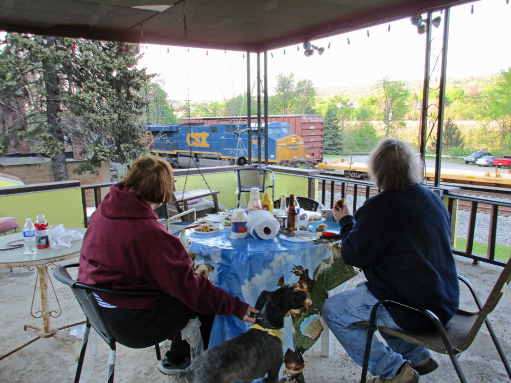050916-dining-on-the-porchje